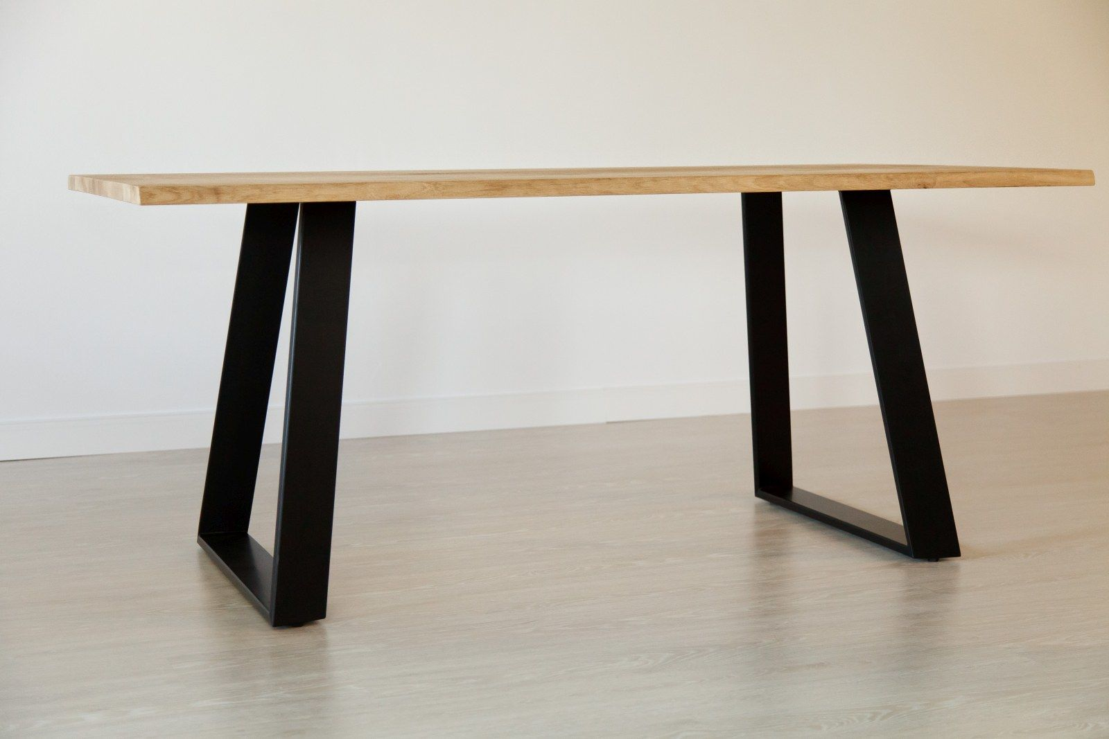 Stół dębowy na metalowych nogach 16