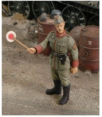 Figurka Niemiecki Żandarm II WŚ Royal Model 1/35