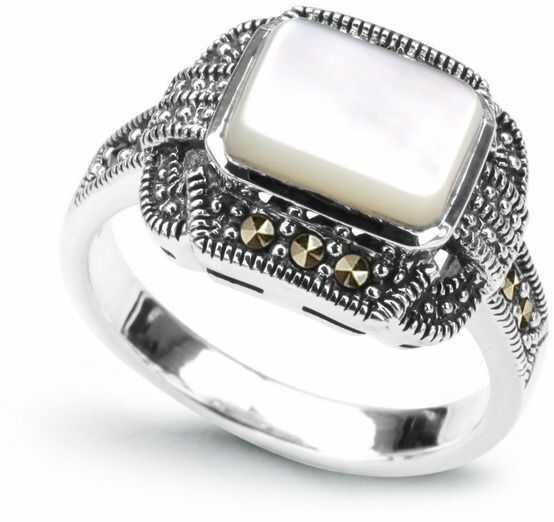 Staviori pierścionek. markazyty. masa perłowa. srebro rodowane 0,925. korona 13x17 mm. wysokość 6,5 mm.