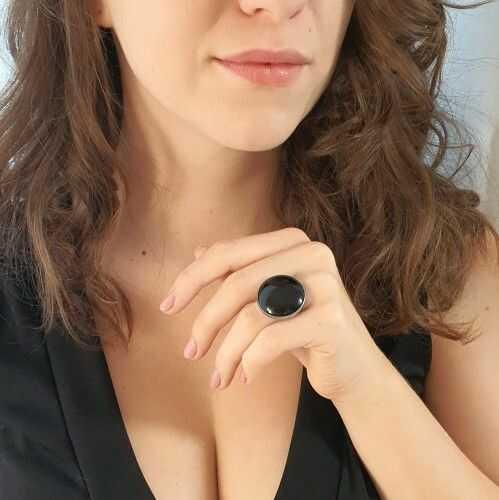 Pierścionek z dużym okrągłym onyksem II