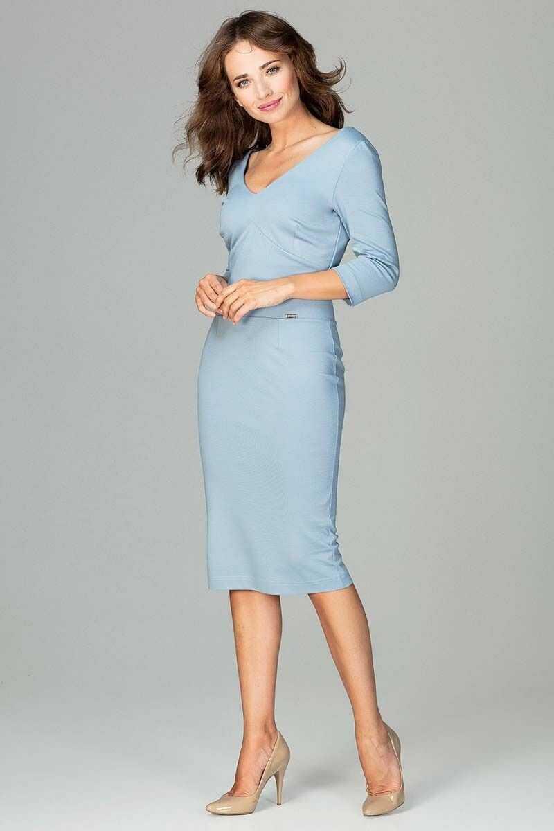 Niebieska elegancka dopasowana sukienka z dekoltem v