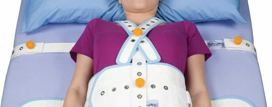 Pasy krępujące na klatkę piersiową montowane do łóżka