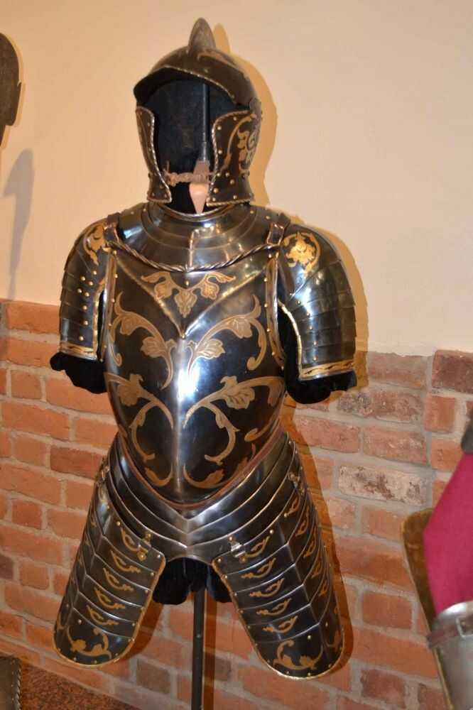 Historyczna zbroja kirasjera z XVI w.