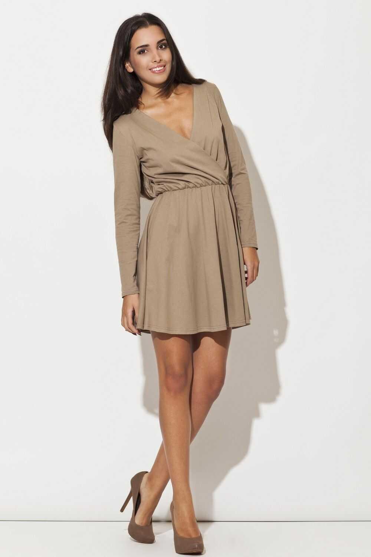 Beżowa sukienka z długim rękawem z szerokim dołem