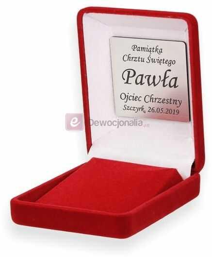 Ozdobne czerwone pudełko prezentowe wraz z grawerowaną dedykacją