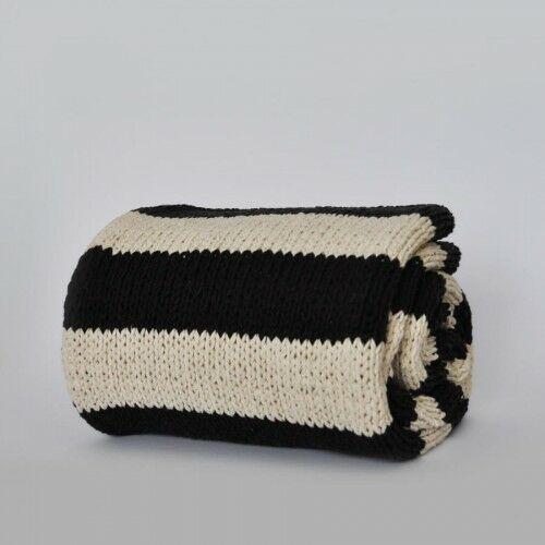 Pled ręcznie dziergany w pasy czarno - białe