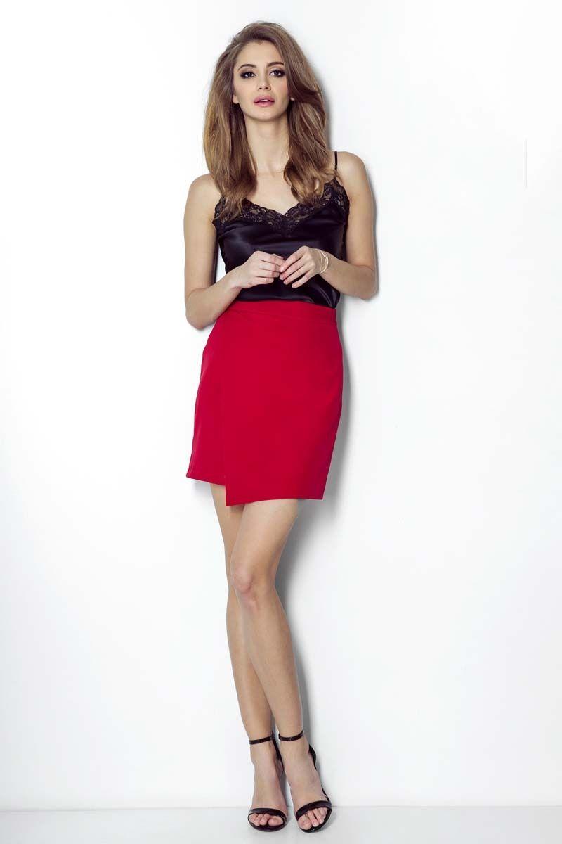 Czerwona dopasowana spódnica z asymetrycznym założeniem