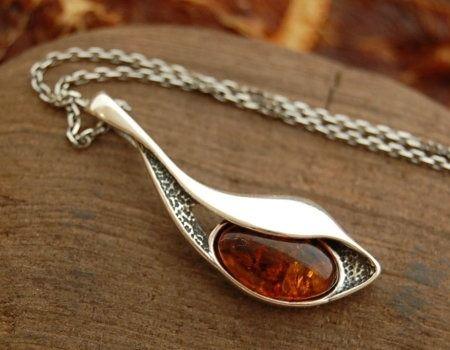 Cercei - srebrny wisiorek z bursztynem