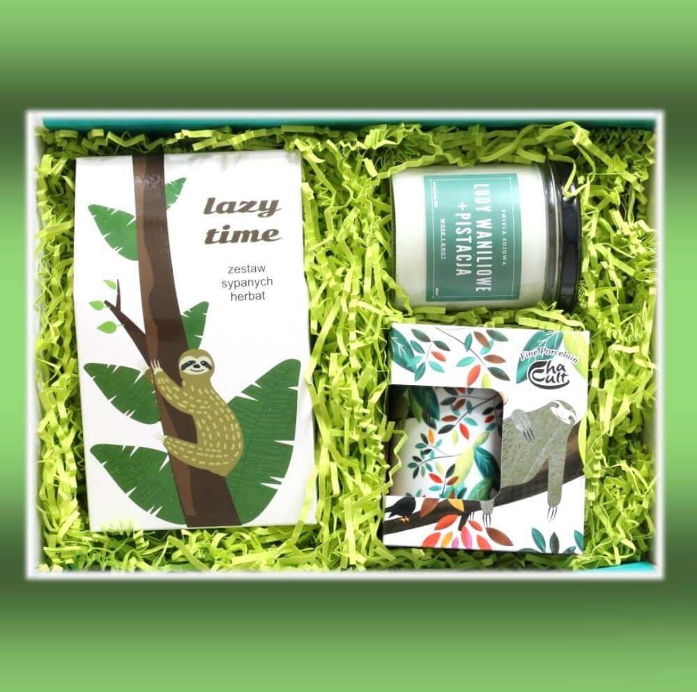 Zestaw prezentowy na wyjątkową okazję Lazy time Box. Zestaw 10 herbat różnego rodzaju i smaku 10x 5g, pachnąca sojowa świeca i uroczy kubek z zaparzaczem w leniwce