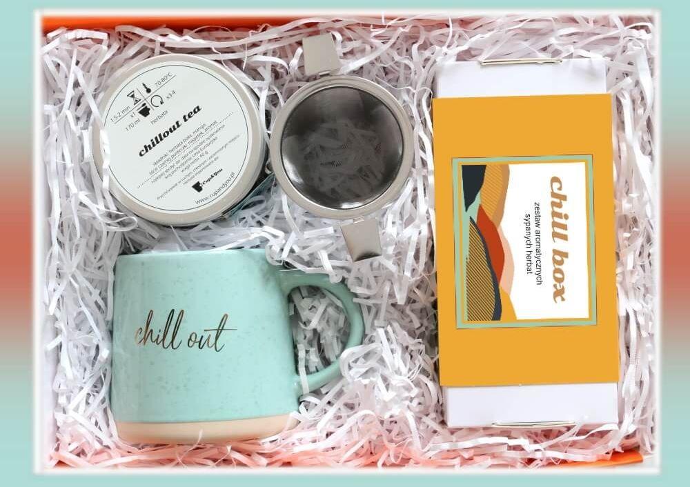 Zestaw prezentowy na wyjątkową okazję ChillBox NA 100%. Zestaw 20 herbat różnego rodzaju i smaku 20x 5/8g, herbata biała 60g, stylowy kubek ze złotym nadrukiem i pojemny zaparzacz