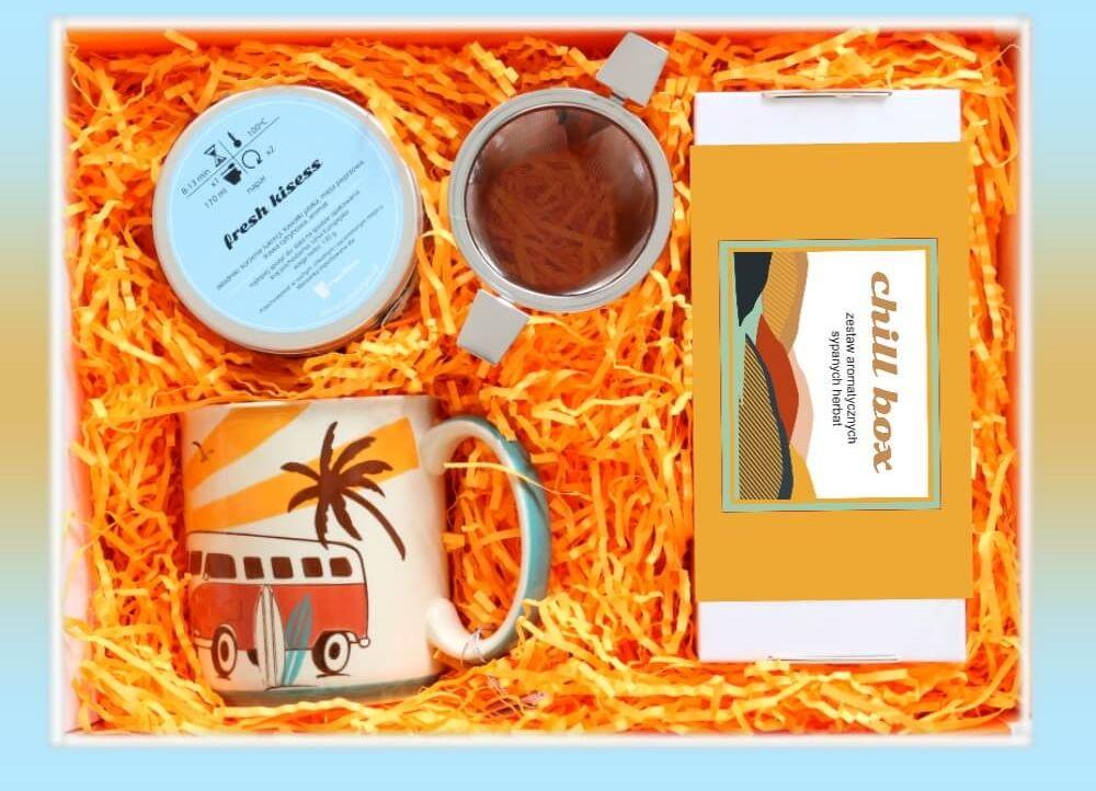 Zestaw prezentowy na wyjątkową okazję ChillBox WSCHÓD SŁOŃCA. Zestaw 20 herbat różnego rodzaju i smaku 20x 5/8g, ziołowa mieszanka Fresh kisses 130g, uroczy kubek i pojemny zaparzacz