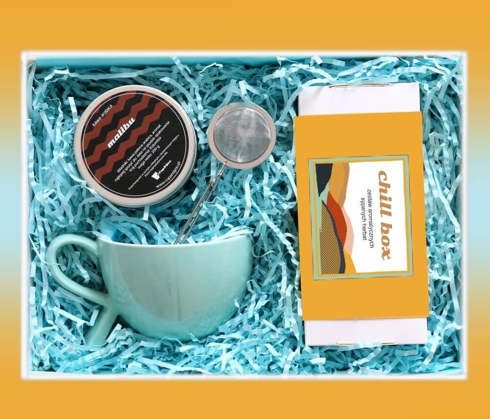 Zestaw prezentowy na wyjątkową okazję ChillBox TROCHĘ KAWY I HERBATY. Zestaw 20 herbat różnego rodzaju i smaku 20x 5/8g, kawa ziarnista Malibu 200g, stylowy kubek i poręczny zaparzacz