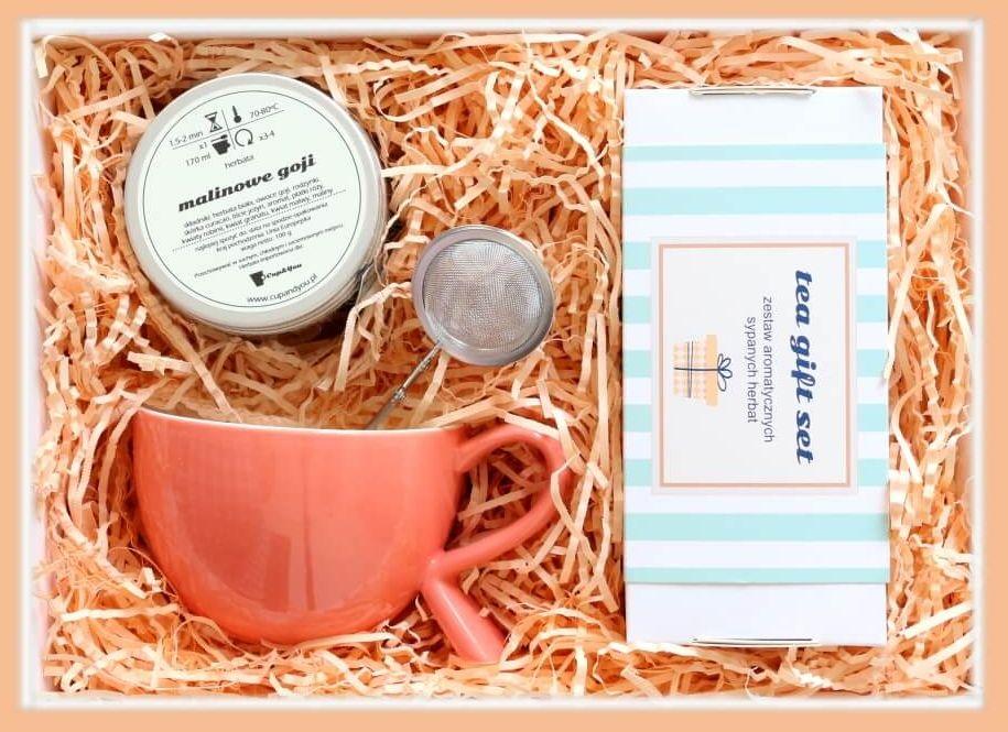 Zestaw prezentowy na wyjątkową okazję BRZOSKWINIOWY GiftBox. Zestaw 20 herbat różnego i rodzaju i smaku 20x 5/8g, herbata biała Malinowe goji 100g, stylowy kubek i poręczny zaparzacz