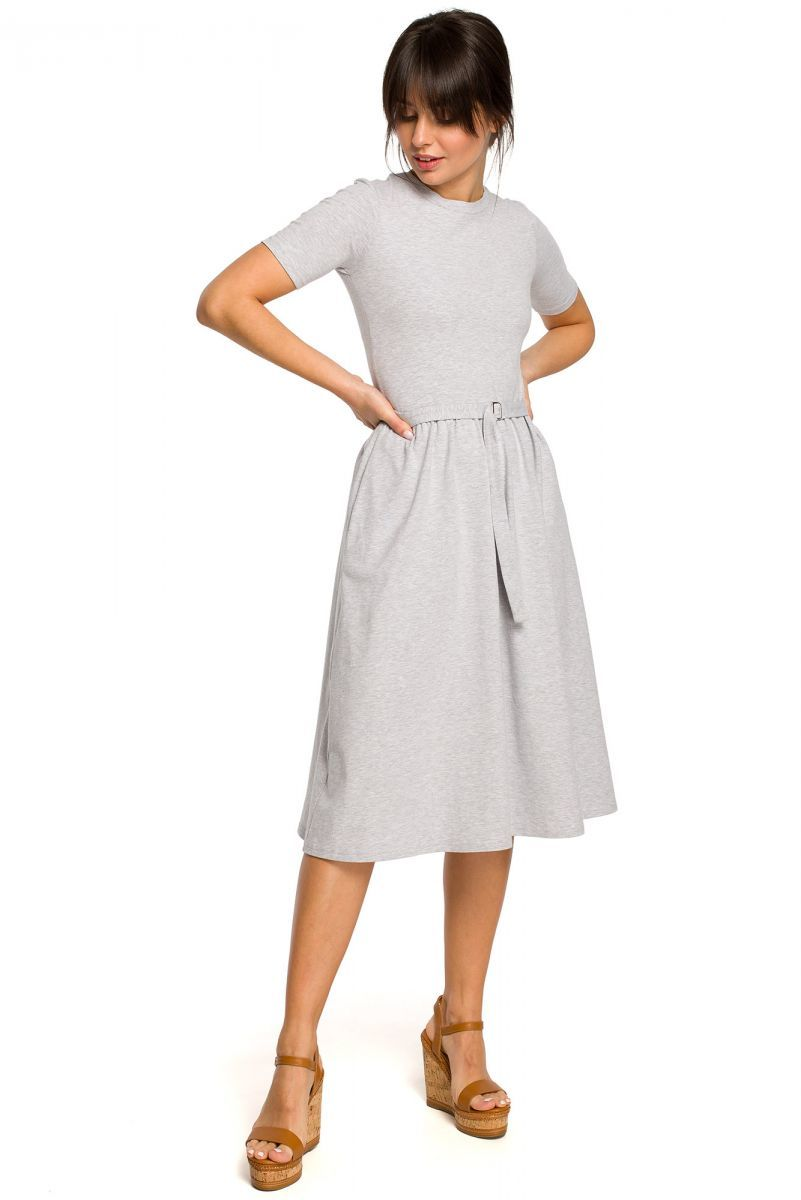 B120 Sukienka z paskiem i klamerką - szara