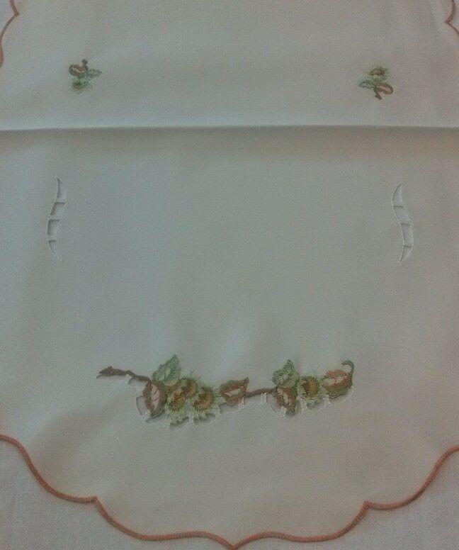 Obrus haftowany 40x70 A owal F6-329 kremowy w zielone gałązki
