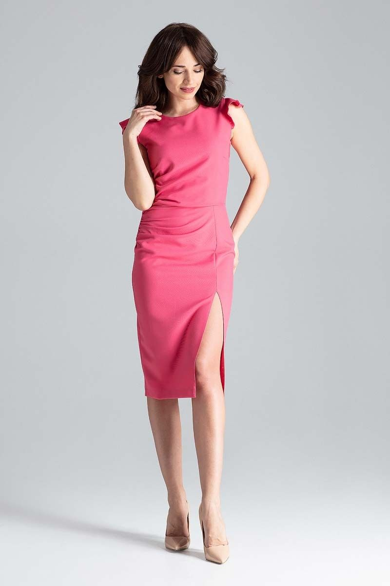 Koralowa dopasowana sukienka midi z falbankami na ramionach