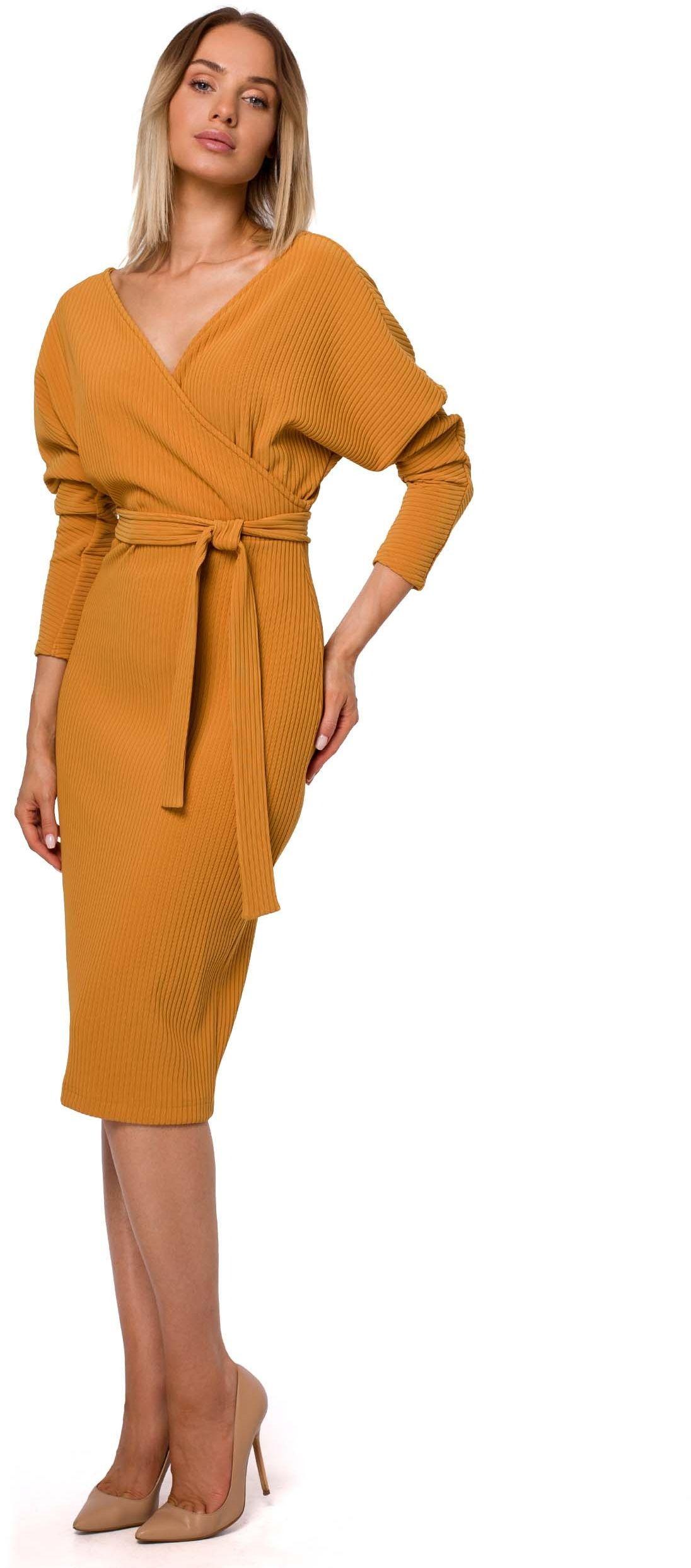 Dzianinowa prążkowana sukienka o kopertowym dekolcie - musztardowa