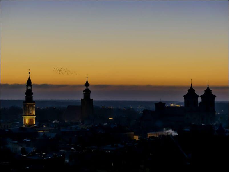 Wieczorny widok na miasto - plakat premium wymiar do wyboru: 42x29,7 cm