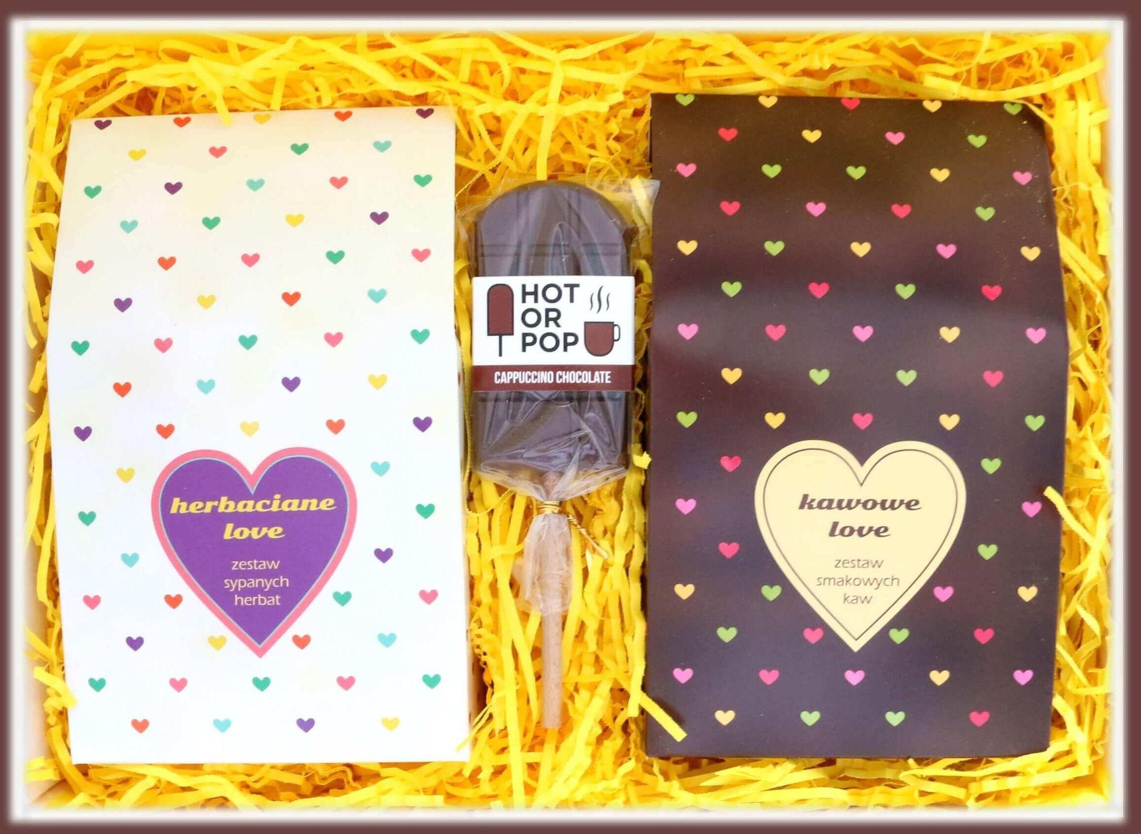 Zestaw prezentowy dla zakochanych Lovebox DOBRANA PARA. Zestaw 10 saszetek - 10x 10g z kawą mieloną o różnych smakach, zestaw 10 saszetek - 10x 5/8g z różnymi rodzajami i smakami herbat oraz czekoladowy lizak z kawą