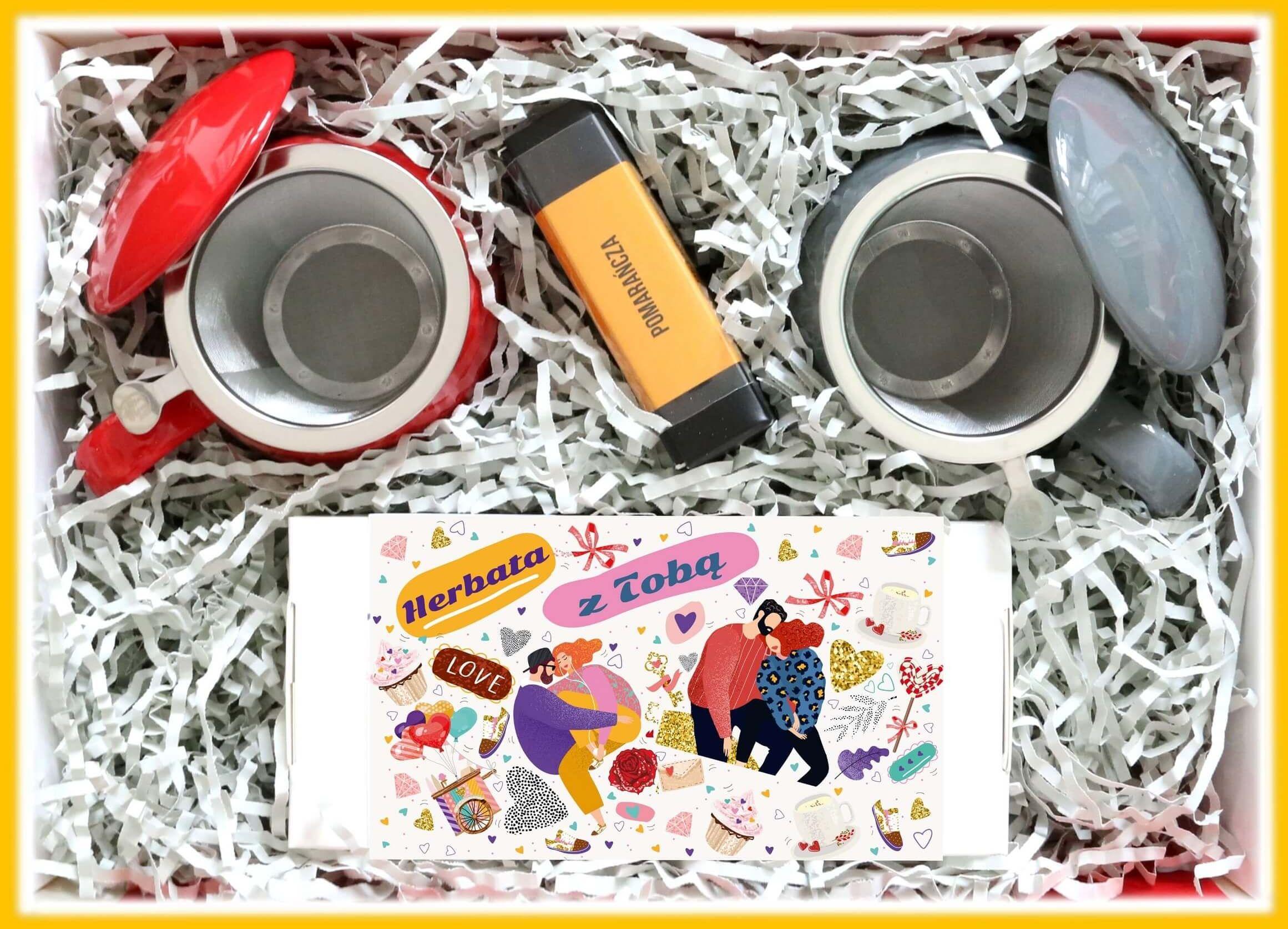 Zestaw prezentowy dla zakochanych Lovebox RANDKA Z HERBATĄ. Zestaw 20 saszetek - 20x 5/8g z różnymi rodzajami i smakami herbat, 2 kubki z zaparzaczem i pokrywką oraz mini bombonierka
