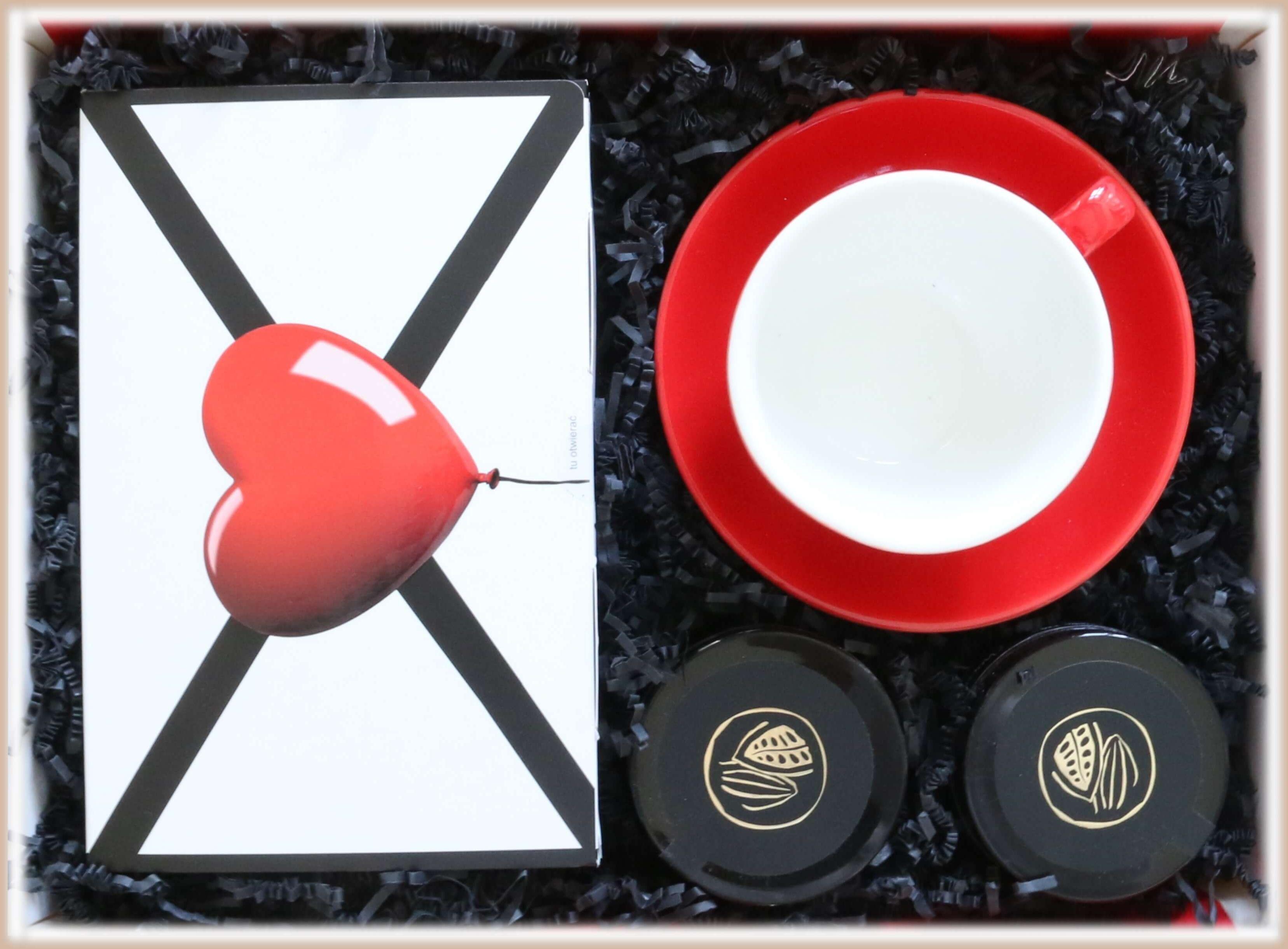 Zestaw prezentowy dla zakochanych Lovebox ROZKOSZNE CHWILE. Zestaw 14 saszetek - 14x 10g z różnymi smakami kawy, elegancka filiżanka ze spodkiem, orzechy laskowe i żurawina w czekoladzie rzemieślniczej