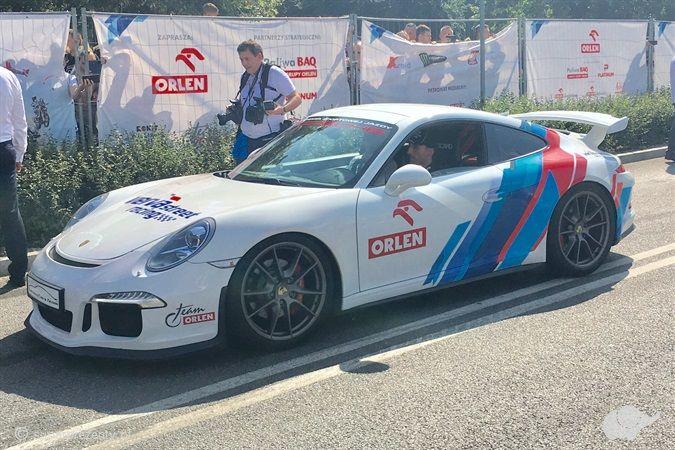 Porsche 911 GT3 z podpisem po torach głównych