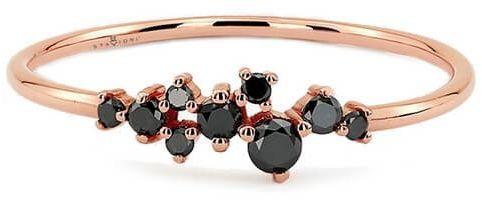 Staviori pierścionek z czarnymi diamentami, kolor czarny, masa 0,20 ct.. różowe złoto 0,585. korona 21x4 mm. szerokość obrączki ok. 1,2 mm.