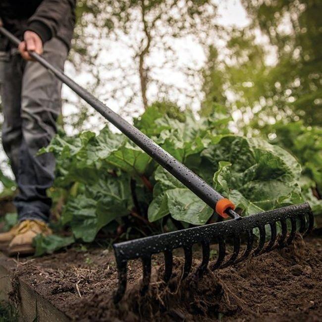 Grabie Fiskars Solid do gleby z zawieszką