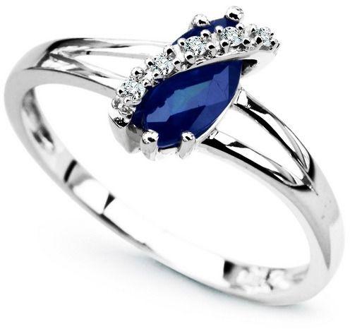 Staviori pierścionek. 5 diamentów, szlif achtkant, masa 0,03 ct., barwa h, czystość i1. 1 szafir, masa 1,50 ct.. białe złoto 0,585. średnica korony ok. 5x10 mm.