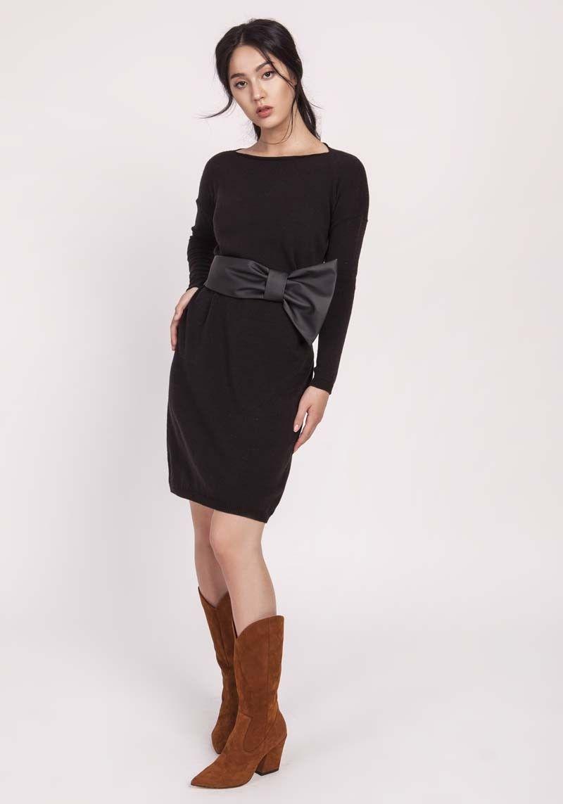 Czarna prosta sukienka z dzianiny swetrowej