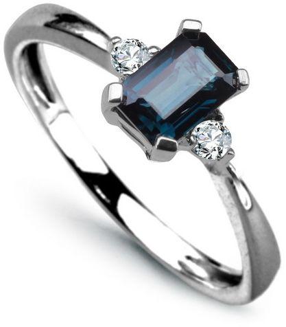 Staviori pierścionek. 2 diamenty, szlif brylantowy, masa 0,10 ct., barwa h, czystość i1. 1 szafir, masa 0,60 ct.. białe złoto 0,585. średnica korony ok. 4x6 mm. szerokość obrączki ok. 2 mm.