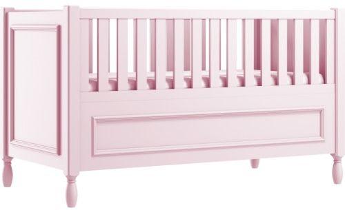 Różowe eleganckie łóżeczko dziecięce z ozdobnymi nóżkami i frezowaną ramką