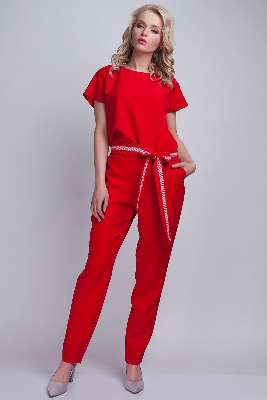 Czerwony kombinezon z rozcięciem na plecach z wiązanym paskiem