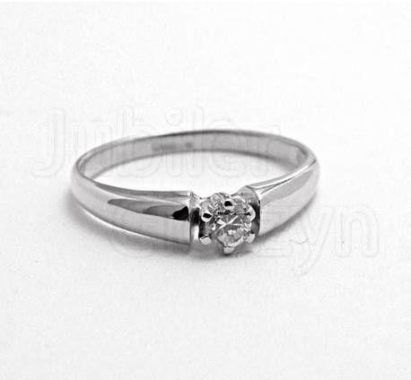 Klasyczny złoty pierścionek z białego złota.