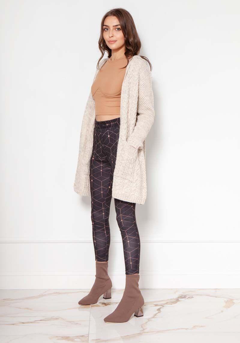 Niezapinany sweter z kapturem w warkocze - beżowy