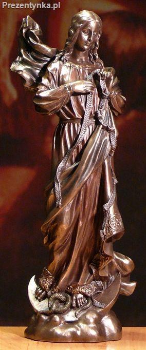 Maria rozwiązująca węzły na prezent