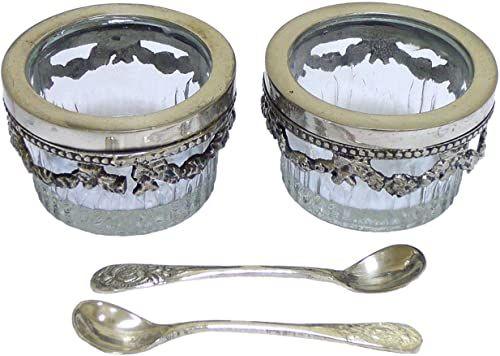 Zestaw składający się z 2 okrągłych szklanych solniczek, na metalowej podstawie z 2 łyżeczkami, kolor srebrny, 5,9 x 5,9 x 3,7 cm, materiał: szkło i metal