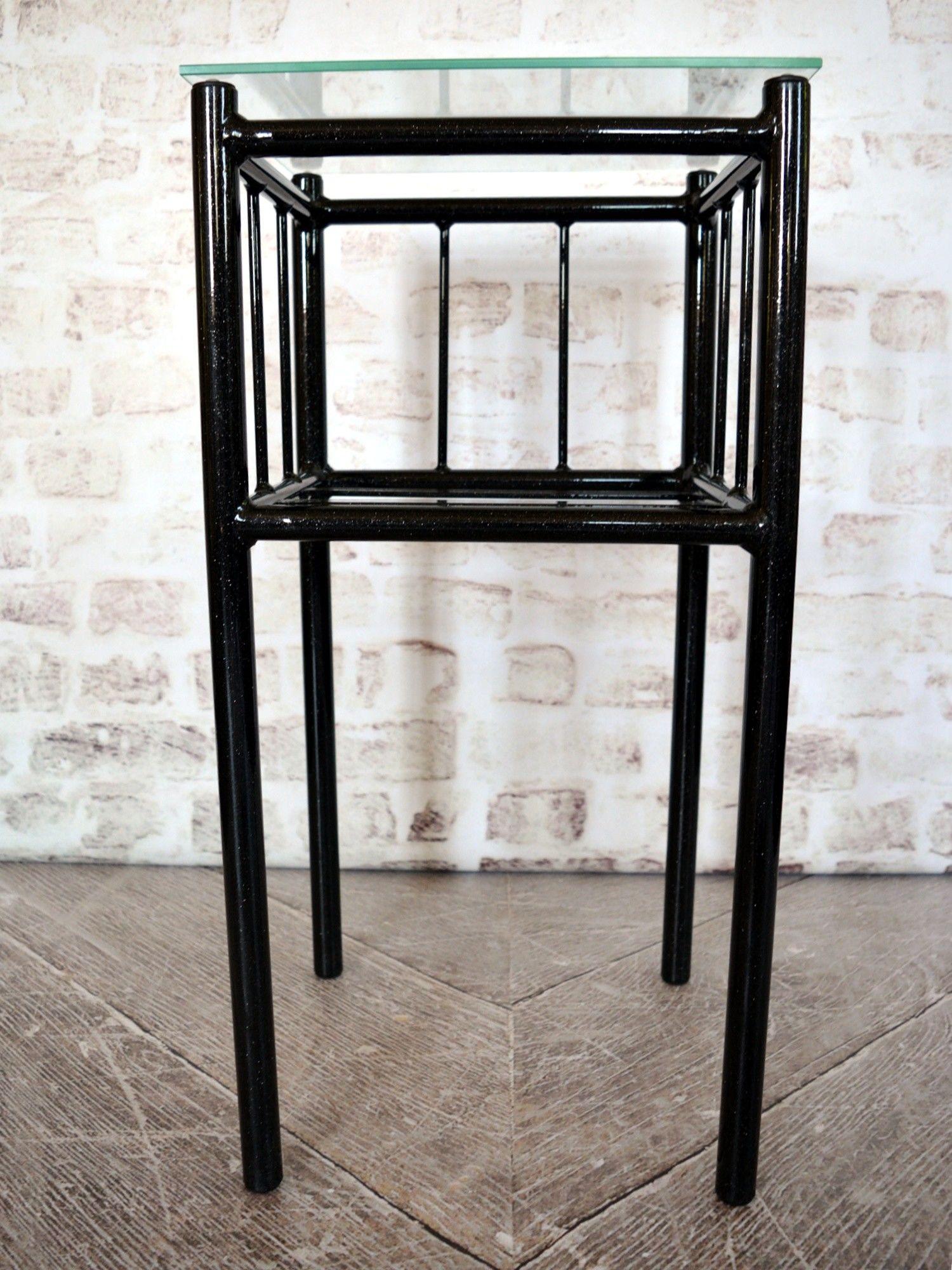 Metalowy stolik nocny wzór 3 ze szklanym blatem i półką
