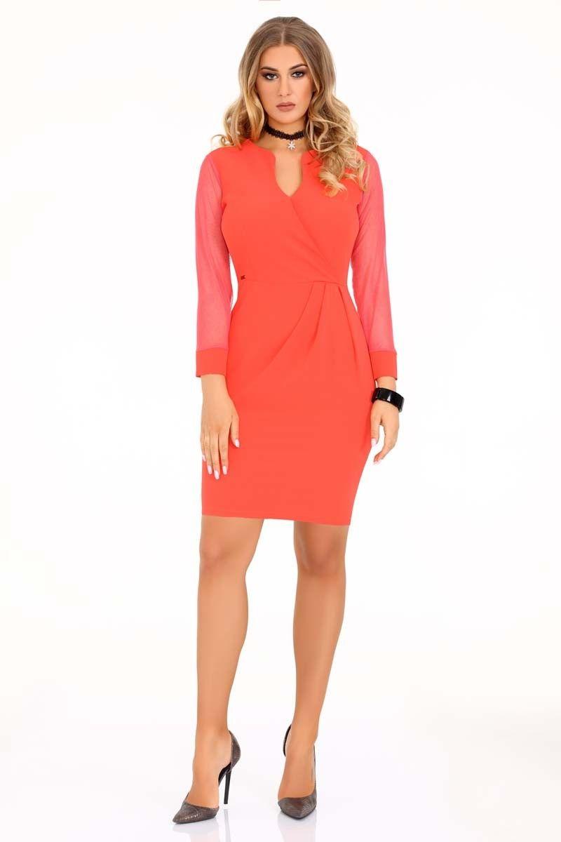Koralowa dopasowana sukienka z transparentnym rękawem
