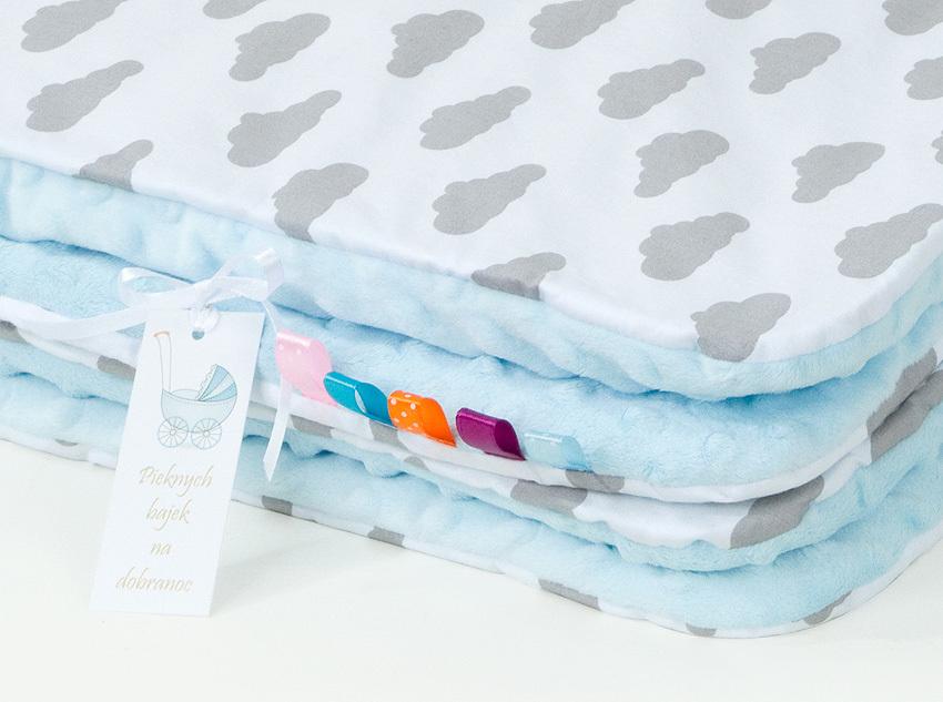 MAMO-TATO Komplet kocyk Minky do wózka + poduszka Chmurki szare na bieli / błękit - letni