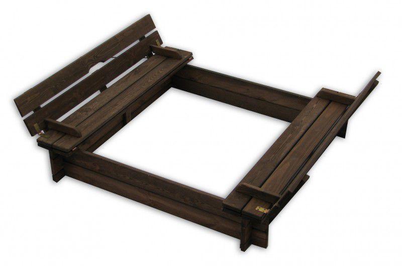Drewniana piaskownica z ławkami