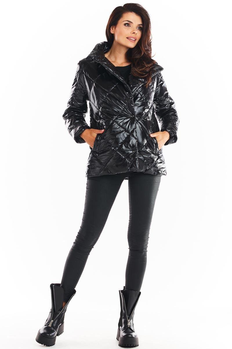 Czarna połyskująca pikowana kurtka z wysokim kołnierzem