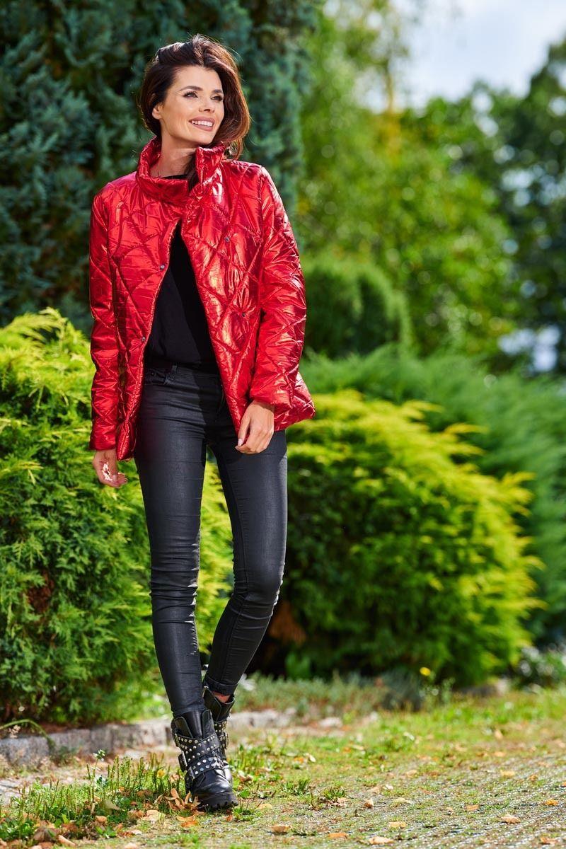 Czerwona połyskująca pikowana kurtka z wysokim kołnierzem