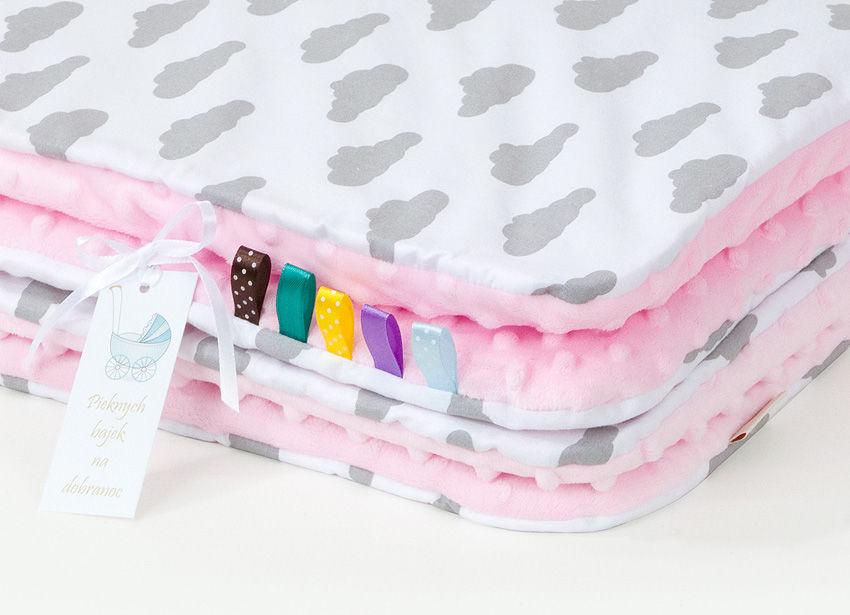 MAMO-TATO Kocyk Minky dla dzieci 100x135 Chmurki szare na bieli / jasny róż - letni