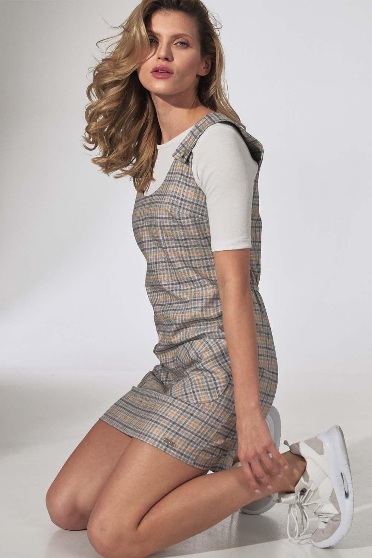 Krótka sukienka w kratę na szelkach