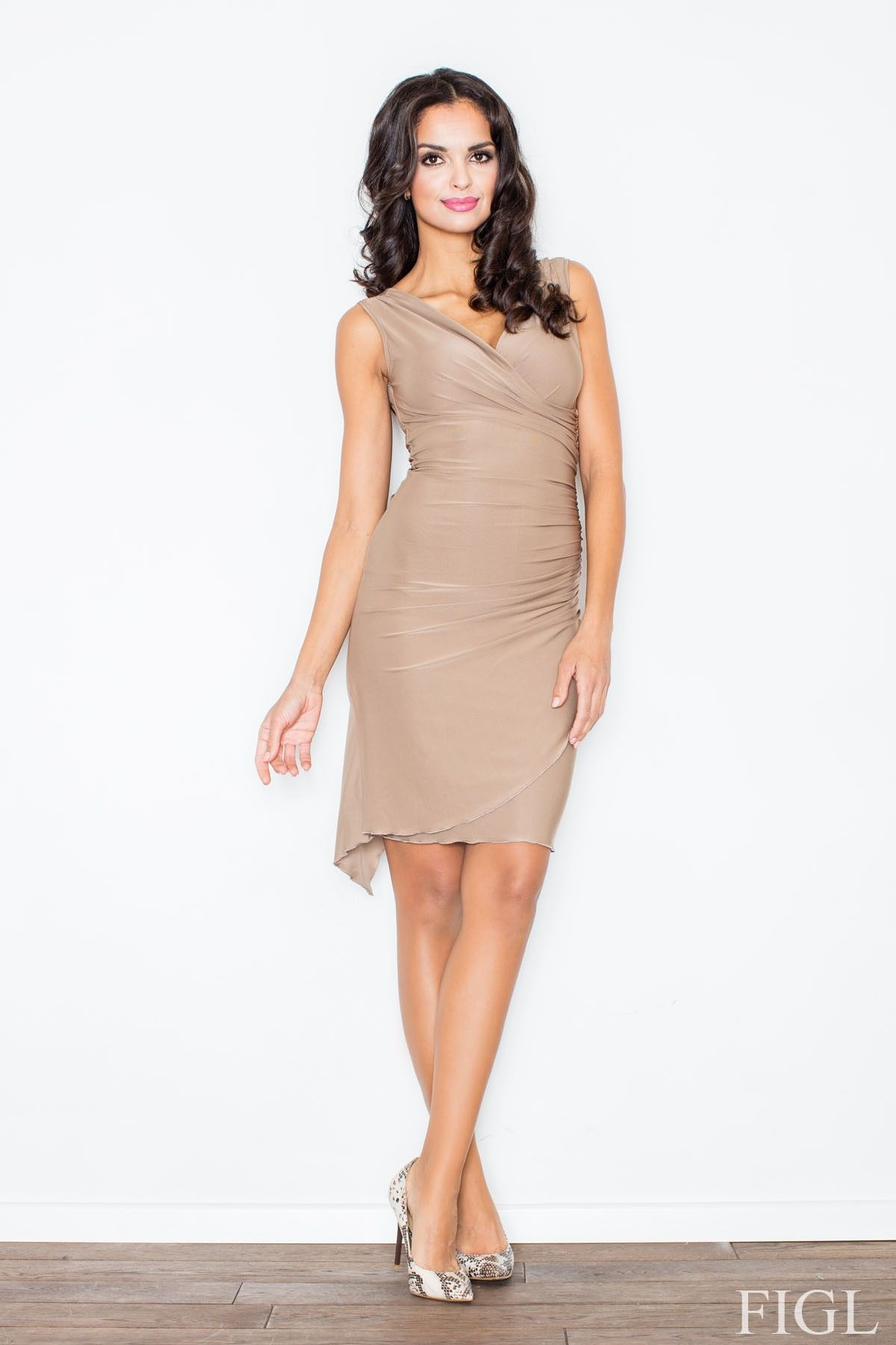 Beżowa asymetryczna sukienka modnie marszczona