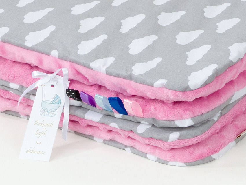MAMO-TATO Komplet kocyk Minky do wózka + poduszka Chmurki białe na szarym / róż - letni