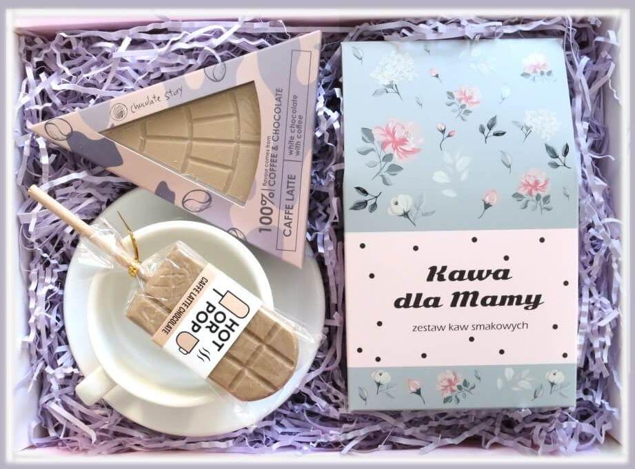 Zestaw prezentowy dla mamy Czekoladowa Mama. Zestaw 10 kaw mielonych 10x10g o różnych smakach, elegancka filiżanka ze spodkiem i urocze czekoladki