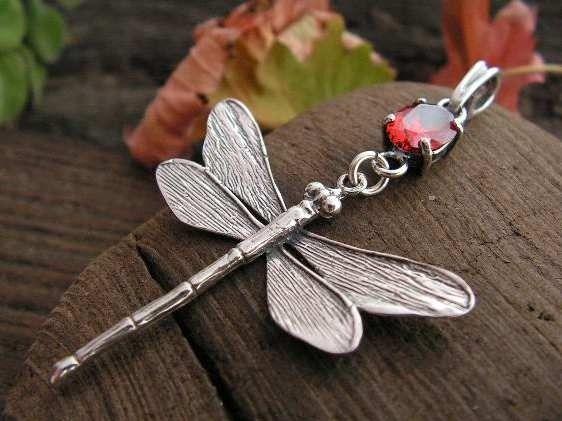 Ważki - srebrny wisiorek z granatem