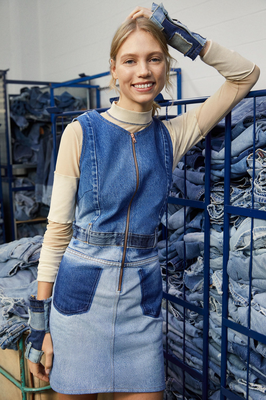 Dżinsowa sukienka ogrodniczka w stylu upcycling - BLUE